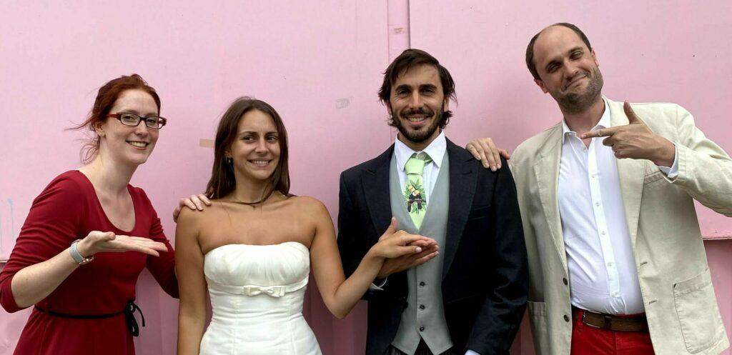 Mariés sur le tarmac.